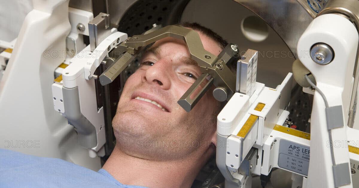 Чем стереотаксическая хирургия опухолей головного мозга отличается от традиционного облучения и в каких случаях используется в Израиле?